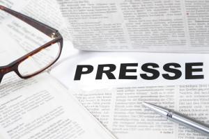 Zeitungsartikel mit Brille und Presse-Schriftzug
